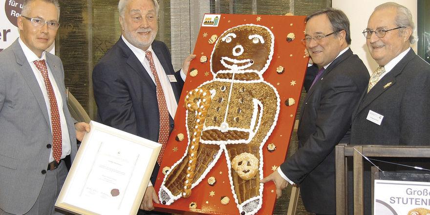 Der Große Stutenkerl als Auszeichnung des Verbands Westfalen-Lippe ging in diesem Jahr an Ministerpräsident Armin Laschet (2. v. r.).