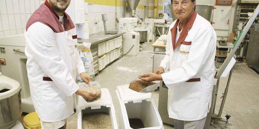 Kontrollieren die Qualität der Saaten: Vater Wilhelm-Heinz Kerkow und Sohn Heiko.