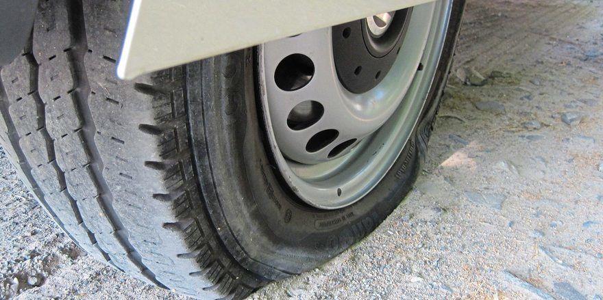 Der Täter hat an allen im Freien stehenden Lieferfahrzeugen jeweils zwei Reifen zerstochen.