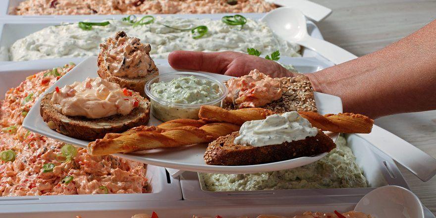 Moderne Brotaufstriche wie Käsecremes können dem Kunden auch zum individuellen Bestreichen von Brot oder Brötchen serviert werden.