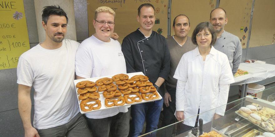 Azubis Julian Kuhn und Tobias Pfeifer mit Lehrer Frank Otto.