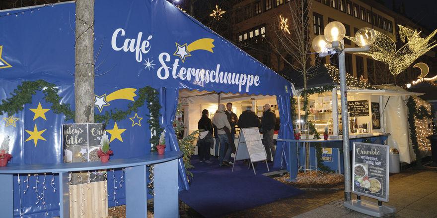 Bäckermeister Kai Schröer (Mitte), Barista Tom Schießl (links) und Regionalverkaufsleiter Torsten Mohr sind zufrieden mit der bisherigen Bilanz des Cafés auf dem Wiesbadener Sternschnuppen-Markt.