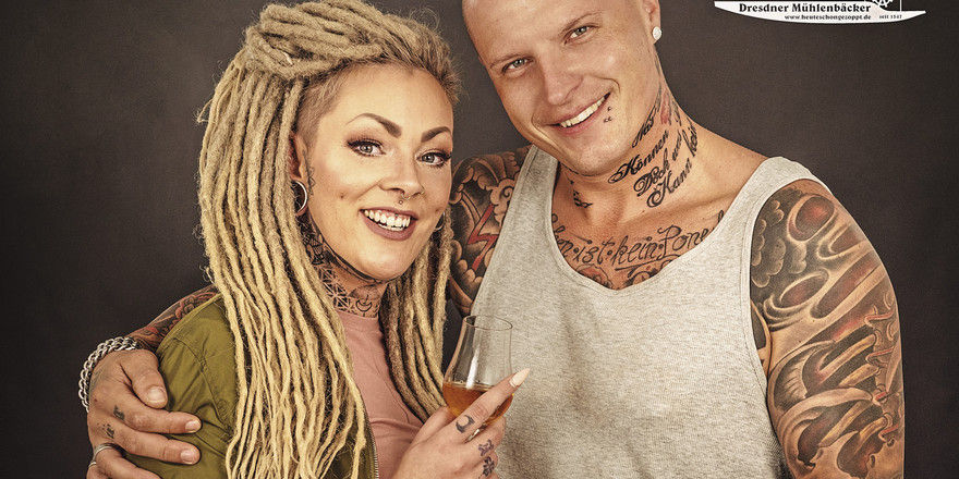 Doppelt gestochen: Ein Paar mit Tattoos soll das Stollen-Image entstauben.