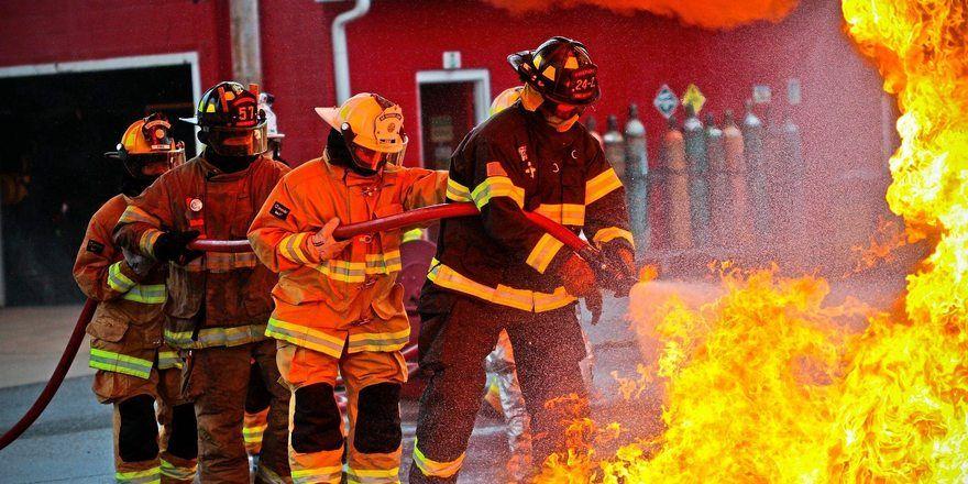 Symbolfoto: Die Feuerwehr musste den Brand an einem Lieferfahrzeug löschen.