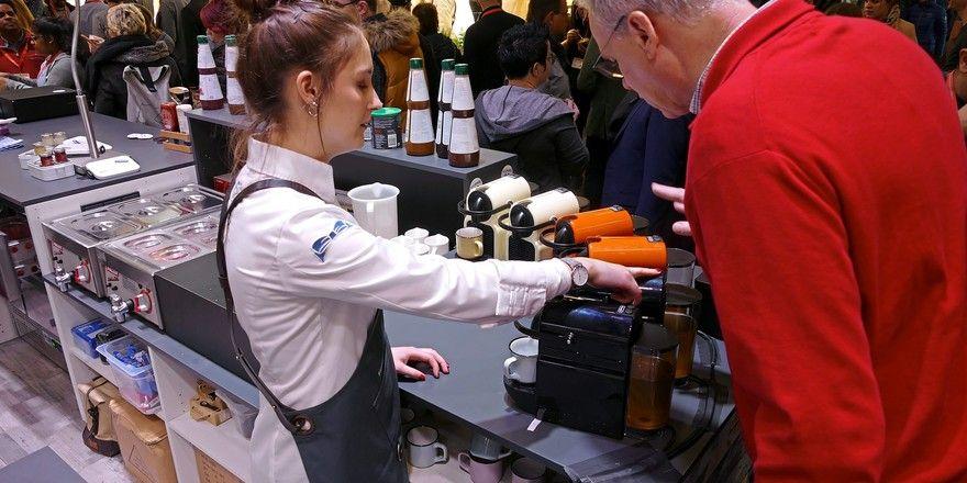 Auf der Internorga zeigen Unternehmen ihre Ideen zum Außer-Haus-Geschäft - hier aromatisierte Bouillon aus der Nespresso-Maschine.