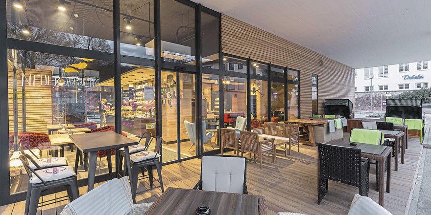 Außen- und Innenbereiche sollen eine harmonische Einheit bilden: Unterschiedliche Sitzgelegenheiten und dekorative Elemente fördern den Wohlfühlfaktor der Gäste.