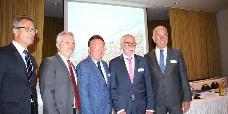 Geschäftsführende Vorstände der Bäko-Zentrale mit Aufsichtsratsspitze (von links): Gunter Hahn, Norbert Hupe, Holger Knieling, Michael Wippler und Wolfgang Schäfer.