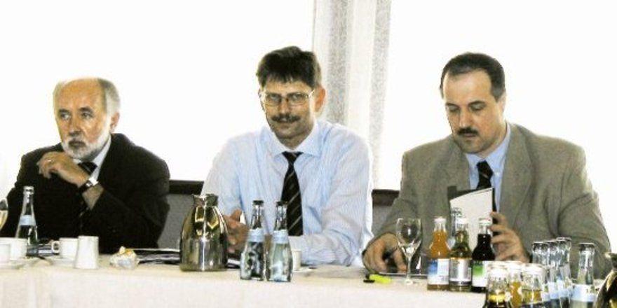 Sind mit dem Geschäftsjahr 2005 sehr zufrieden: Vorstand Heinz-Dieter Busch (von links), Vorsitzender Wolfgang Fröhlich und Aufsichtsratsvorsitzender Heinz Kugel.