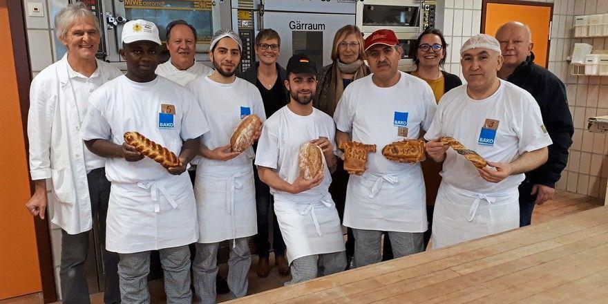 Geflüchtete im Bäckerhandwerk: Die ersten elf Auszubildenden einer Berufsschulklasse im Bäckerhandwerk in Ravensburg haben erfolgreich die praktische Prüfung absolviert (im Bild Gruppe 1).
