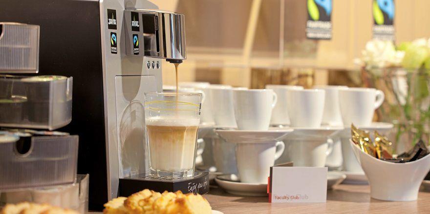 Fair gehandelter Kaffee wird auch in Bäckereien ausgeschenkt.