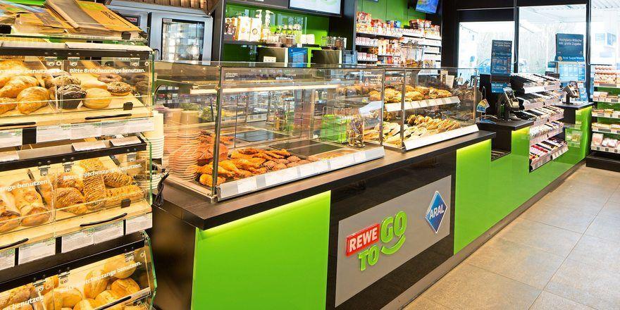 Das Geschäft mit Backwaren und Snacks an der Tankstelle ist eine Konkurrenz für den Handwerksbäcker.