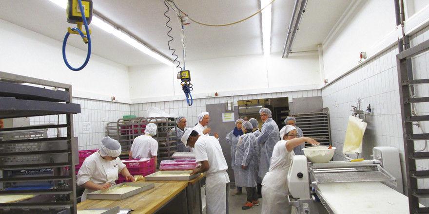 Produktion: Hier informiert sich die Delegation um Wirtschaftsminister Tarek Al-Wazir.