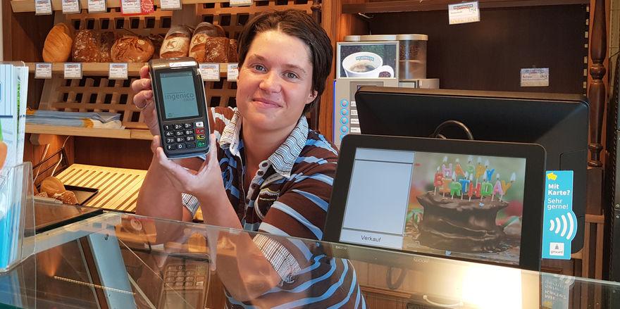 Auch Lena-Sophie Mallee aus der Filiale in Blankenburg bietet ihren Kunden den neuen Service an.