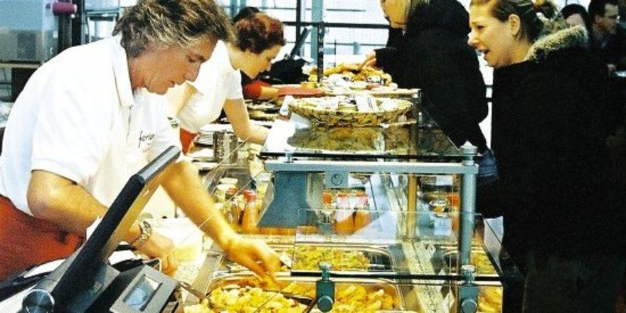 """Warme Gerichte sind vor allem zur Mittagszeit gefragt. Die Thekenaufteilung erlaubt einen schnellen Wechsel im Angebot, passend zur Tageszeit. <tbs Name=""""foto"""" Content=""""*un""""/>"""