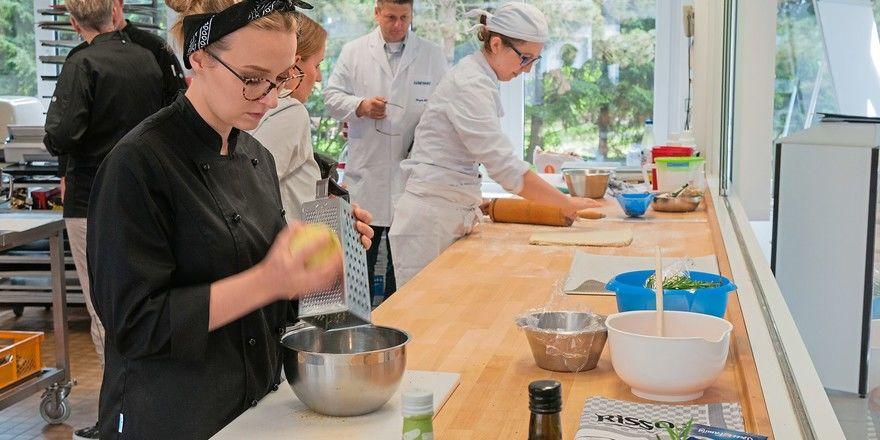 Die Azubis Lisa Mazurkiewicz (vorne) und Vanessa Baumann (hinten) bei den ersten Arbeitsschritten, die sie unter Aufsicht der beiden Jury-Mitglieder Jürgen Rieber (hinten) und Jennifer Friedrich durchführen.