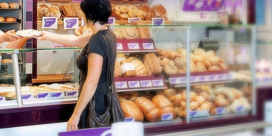 Beim Lila Bäcker werden Kunden weiter bedient.