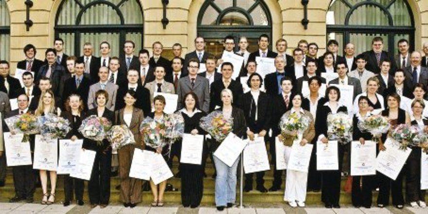 Die erfolgreichen Absolventen der Frankfurter Bäcker- u. Fleischer-Fachschule J.A. Heyne mit ihren Lehrern.
