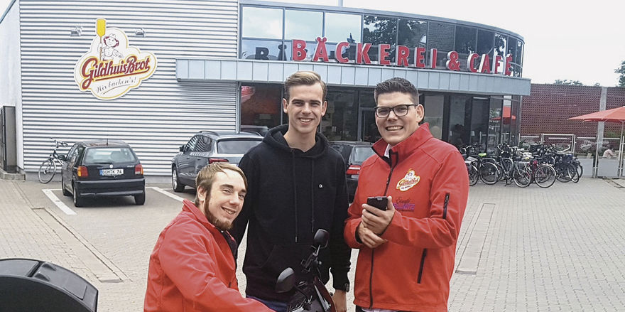 Fahrer Jan Hüing (von links) mit den App-Entwicklern Mathis Schülingkamp und Christian Gildhuis.