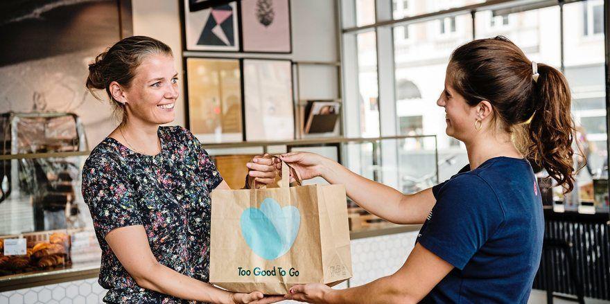 Lebensmittel werden kurz vor Ladenschluss in einer Überraschungstüte verkauft.