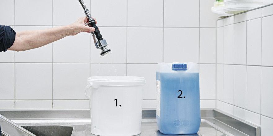 Zuerst Wasser in einen Eimer füllen, dann das Reinigungskonzentrat zugeben.