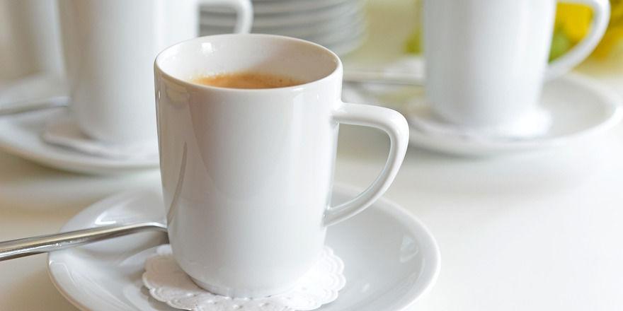 Tassen und Teller aus Porzellan sind einfacher zu pflegen.