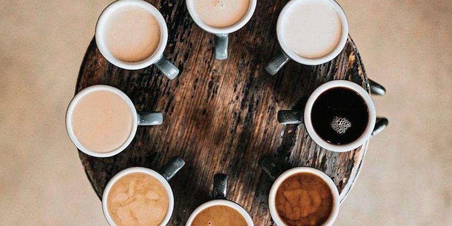 Die Vielfalt an Kaffeevarianten ist groß, die Anzahl der Filialen großer Kaffeeketten steigt.