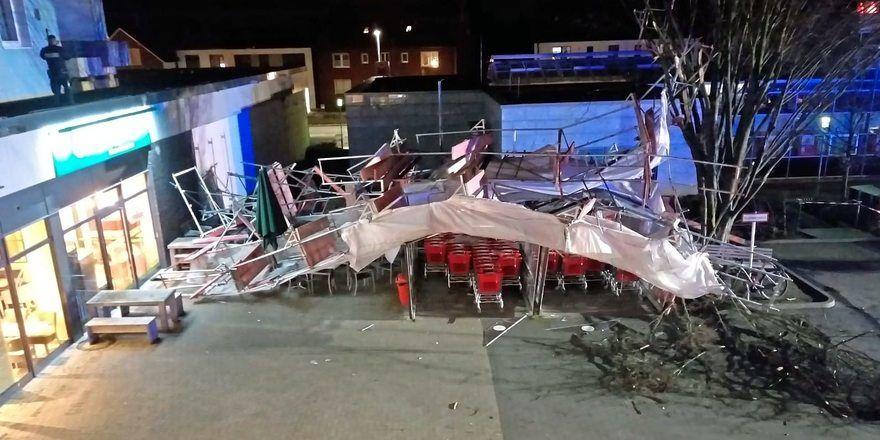 Das umgestürzte Gerüst hat den Außenbereich der Bäckerei (links im Bild) sowie einen Unterstand für Einkaufswägen stark beschädigt.