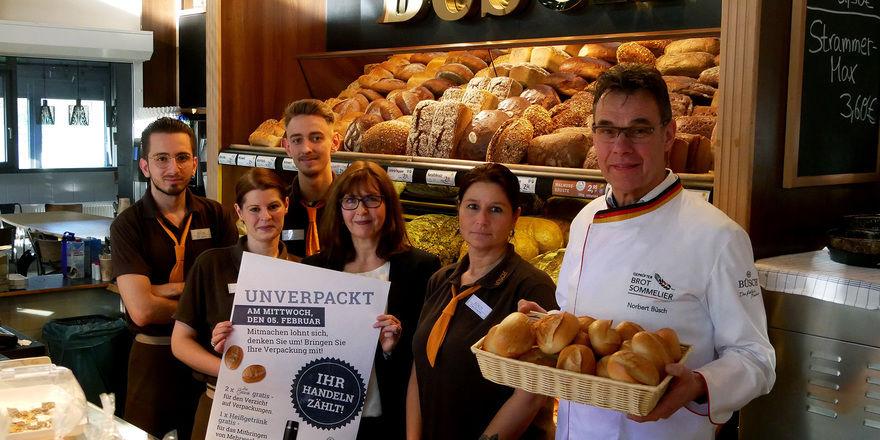 Der 5. Februar ist der Unverpackt-Tag in allen Büsch-Filialen. Geschäftsführer Norbert Büsch und Marketingleiterin Annett Swoboda (3.v.r.) stellen die Aktion vor.