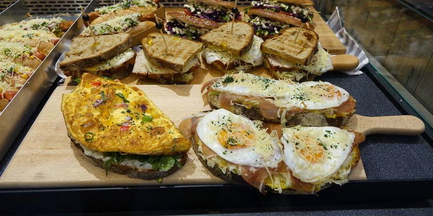 Ob belegt, überbacken oder als Klappstulle - mit Brotscheiben und Brötchen als Grundlage können Bäcker Snacktrends profitabel bedienen.