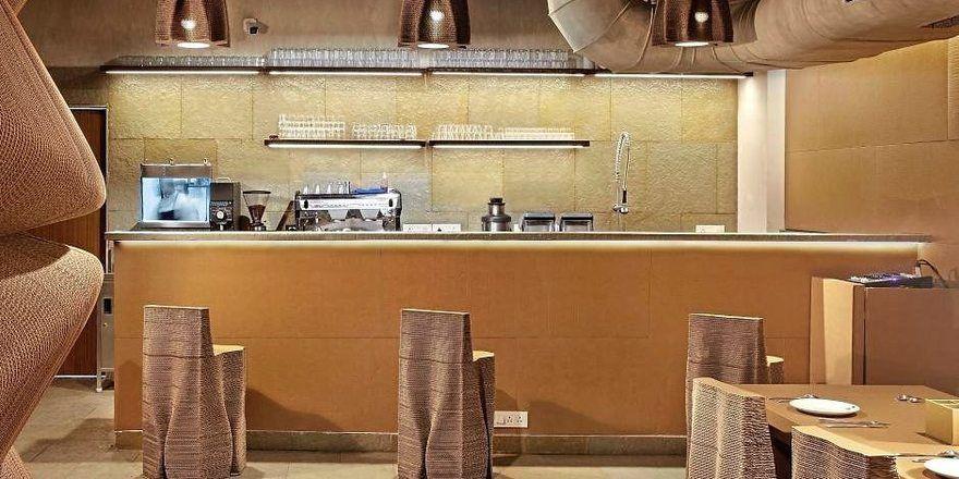 Auch Wandbereiche sind aus recyceltem Pappkarton gefertigt (links).