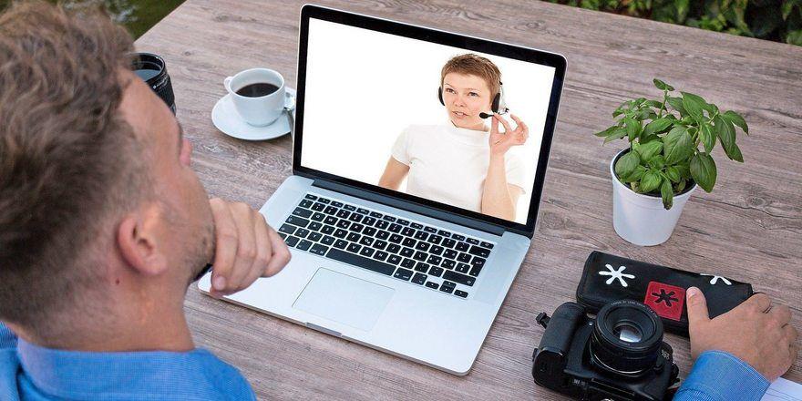 An einem Webinar nimmt der Nutzer am eigenen Rechner teil.