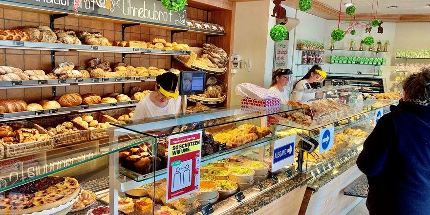 """Bedienen mit """"Helm"""" und Plexiglasschutz gehört in der Bäckerei Bohnenblust praktisch zum täglichen Brot."""