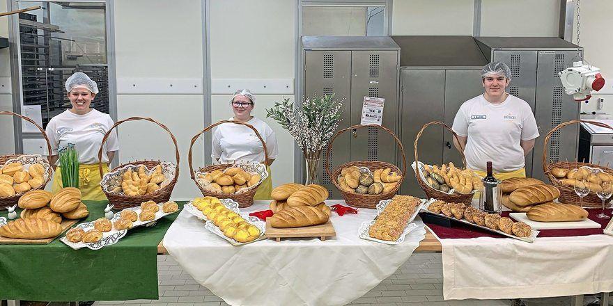 Die Bäcker-Auszubildenden (v.l.) Charlotte Glöckner, Anna Lena Schulten und Rob Brüshaber präsentieren ihre Prüfungsaufgaben.