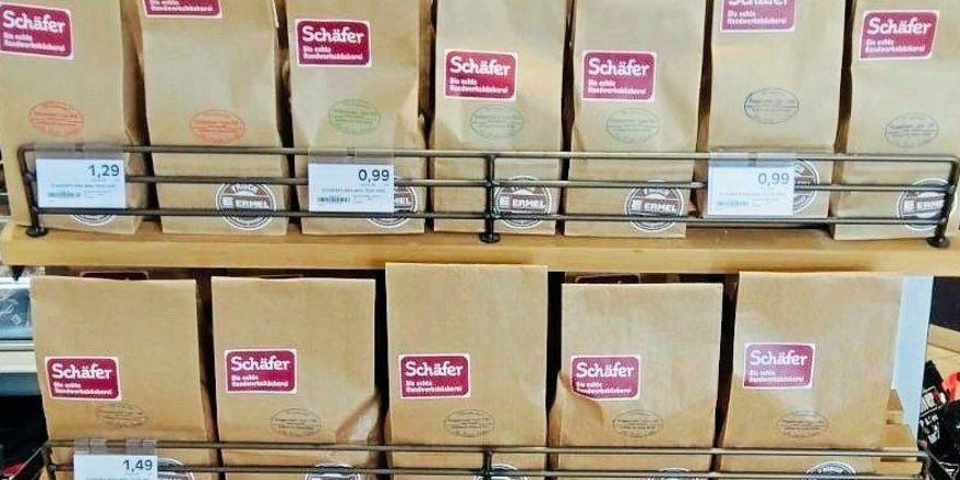 Das Regal im Rodgauer Edeka ist gefüllt mit Mehltüten der Bäckerei Schäfer.