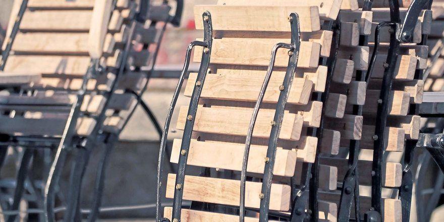 In der Außengastronomie dürfen in Bayern die Stühle ab 18. Mai aufgeklappt werden.
