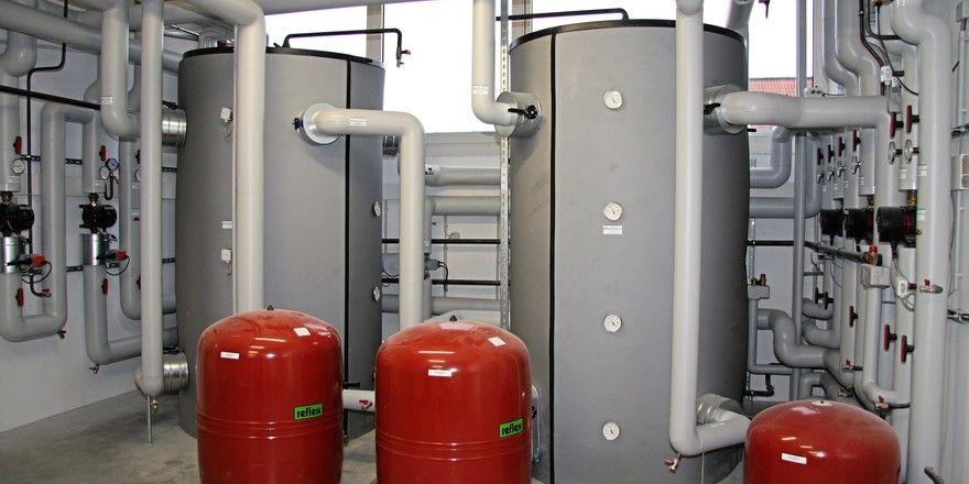 Die von Wärmetauschern gewonnene energie wird in Pufferspeichern zwischengelagert.