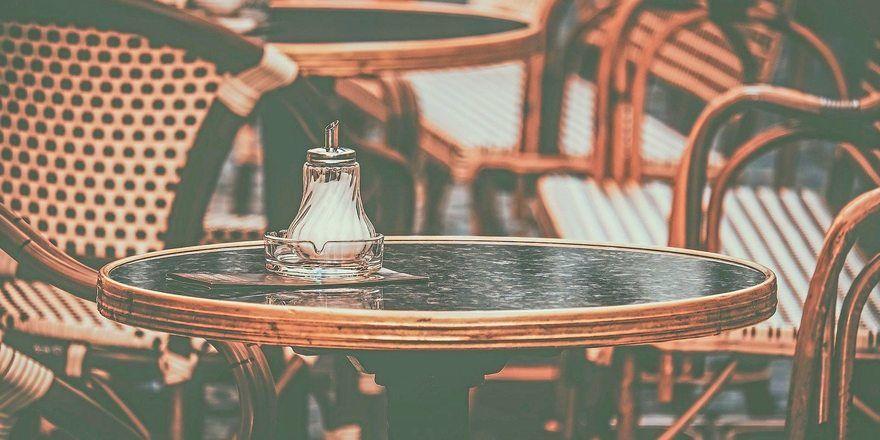 Symbolfoto: Für die Desinfektion der Cafétische verlangte ein Betrieb eine Gebühr und verärgerte damit seine Kunden.