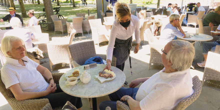 So sieht die neue Café-Realität aus: Bedienung mit Mundschutz, Abstand zwischen den Tischen und auch den Gästen.