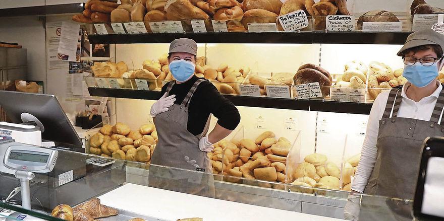 Zwei Verkäuferinnen in einer Bäckerei soll ein 38 Jahre alter Tatverdächtiger bespuckt haben.