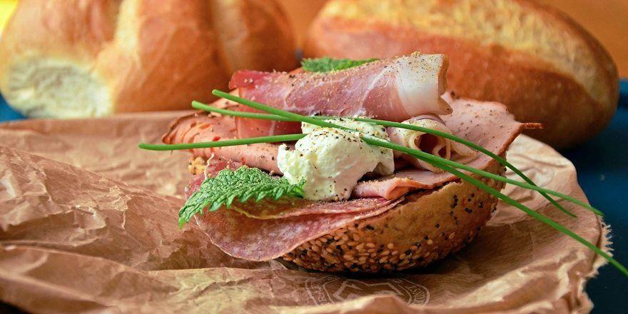 Ob auf dem Teller oder im Snack - laut Studie würden immer mehr Verbraucher auf ihre tägliche Portion Fleisch verzichten.