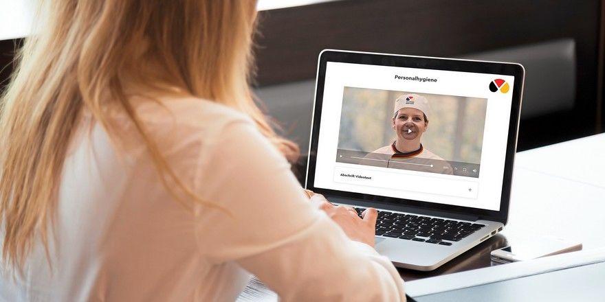 Mitarbeiter können die Pflichtschulung nach dem Infektionsschutzgesetz online absolvieren.