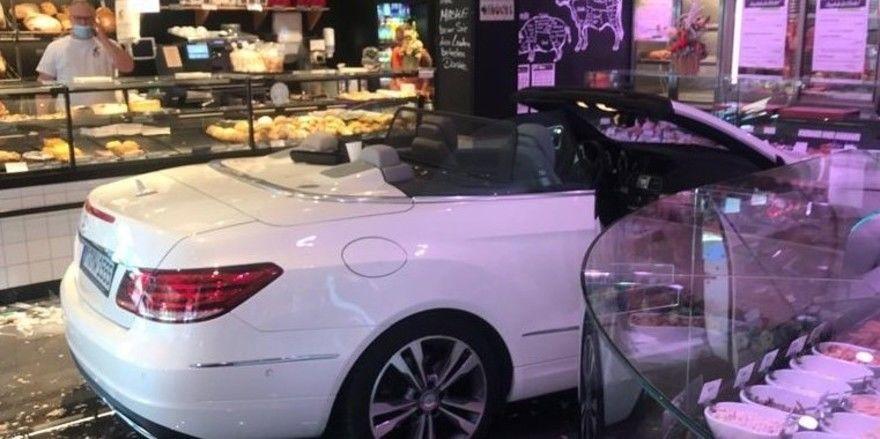 Der Mercedes einer Kundin ist erst von der Wursttheke gestoppt worden.