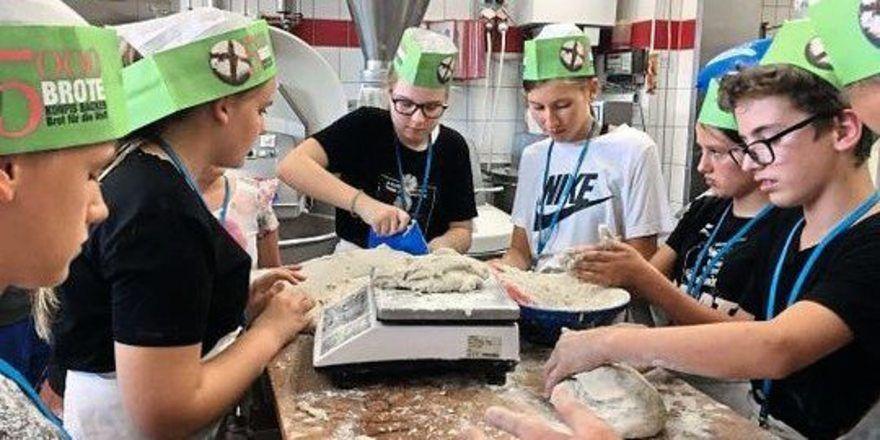 Konfirmanden backen Brot und erhalten Einblick in die Arbeit eines Bäckers.