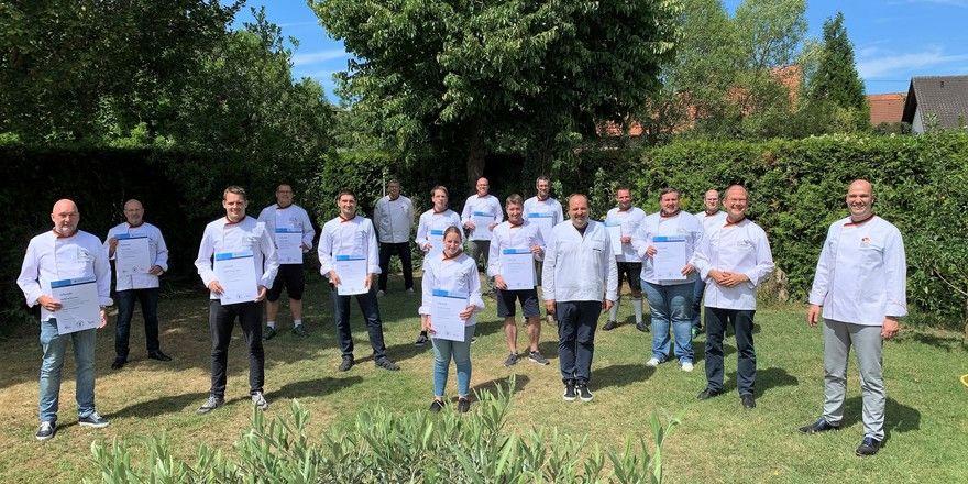 Die Absolventen des 7. Brotsommelier-Kurses feierten im Garten von Koch Johann Lafer mit Vertretern der Bundesakademie Weinheim sowie der Handwerkskammer Mannheim.