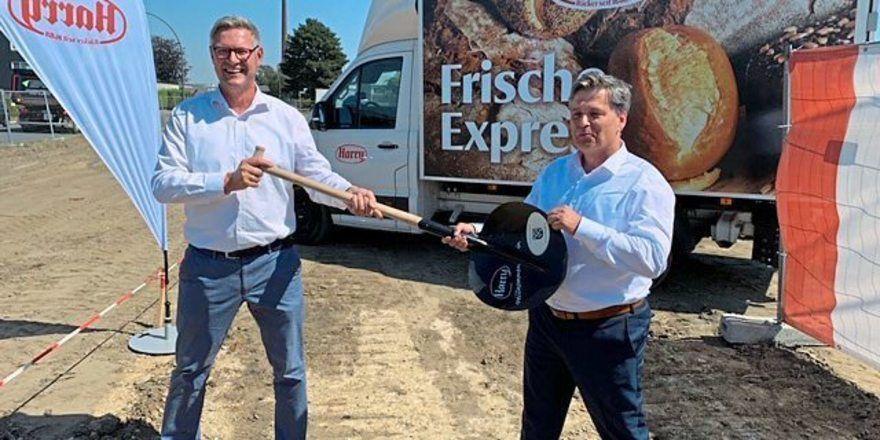Spatenstich für Harry-Logistikstandort Oer-Erkenschwick durch von links Carsten Wewers (Bürgermeister Oer-Erkenschwick) und Jochen Eisenzapf (Harry-Brot).