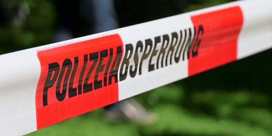 Die Polizei hat eine Bäckerei mit Spürhunden durchsucht.