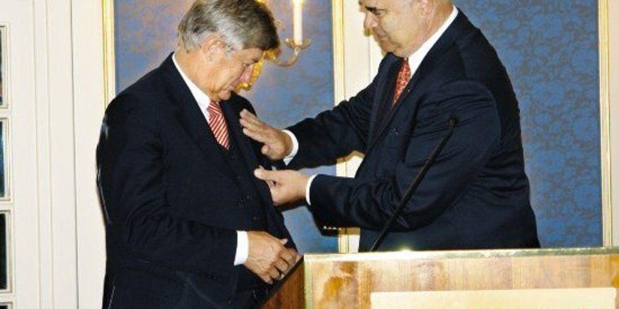 """ZDH-Präsident Otto Kentzler heftet ZV-Präsident Peter Becker die Goldenen Ehrennadel an. <tbs Name=""""foto"""" Content=""""*un""""/>Foto. Holthaus"""