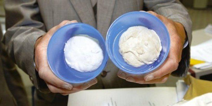 Farbvergleich: Links Teig aus üblichem, weißem Weizenmehl und rechts Teig aus Gelbweizenmehl.