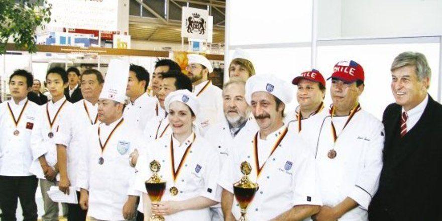 """ZV-Präsident Peter Becker (rechts) gratulierte allen Teilnehmern und überreichte den Teilnehmern aus Irland (Mitte vorne) mit ihrem Betreuer Derek O'Brien die Siegerpokale. <tbs Name=""""foto"""" Content=""""*un""""/>"""