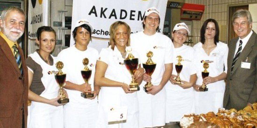 v.l.n.r.: Jury-Vorsitzender Landesobermeister Michael Wippler, Regina Deutsch (2. Platz Fachverkäuferinnen), Bianca Sack (2. Platz Bäcker/innen), Nadine Münster (1. Platz Fachverkäuferinnen), Dominic Padeffke (1. Platz Bäcker/innen), Melanie Willand